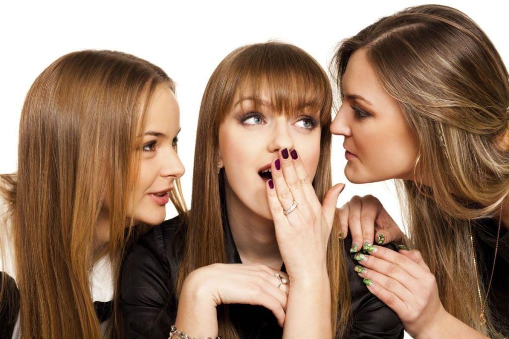 tres-mujeres-jovenes-cotilleando-y-contando-rumores