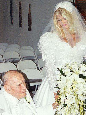 La desaparecida modelo de playboy Anne Nicole Smith en 1994 con 26 años se casó con el multimillonario Howard Marshall de 94 años.